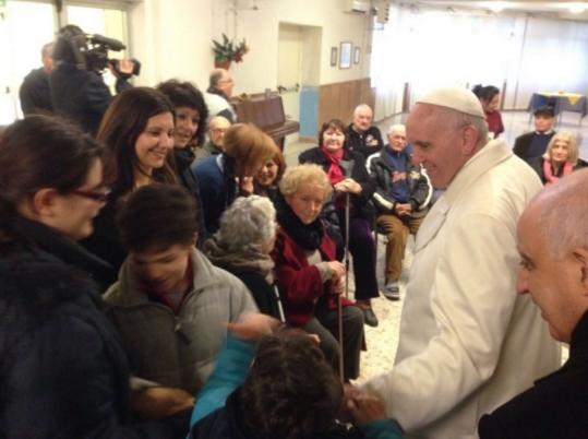 Papa visita una casa di riposo nella periferia di Roma