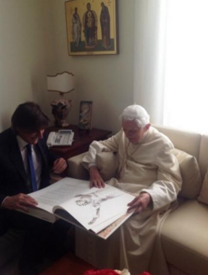 Benedetto XVI riceve in dono da Fabio Lazzari un libro sul magistero di Giovanni Paolo II