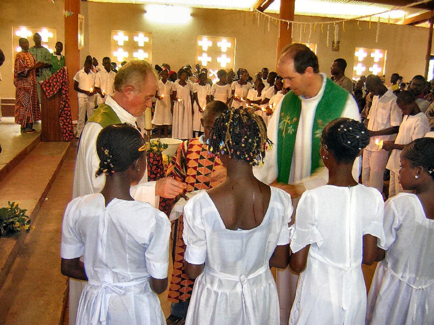 Don Mauro Milani (a dx) e un suo confratello durante una cerimonia nella parrocchia di Safa