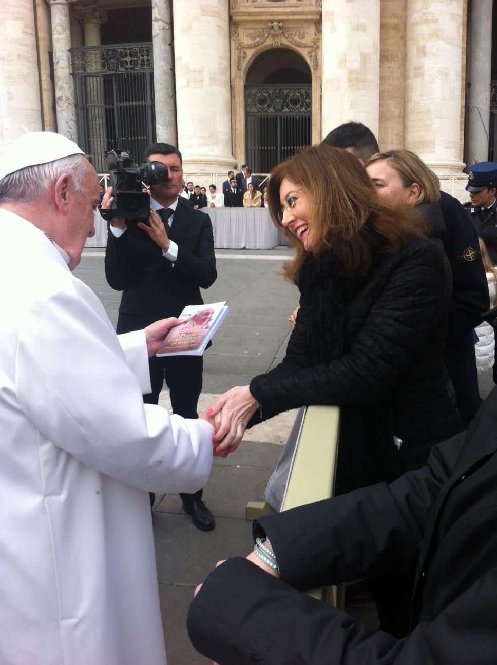"""Italian journalist Alessandra Ferraro gives Pope Francis a copy of her book """"Non guardate la vita dal balcone"""""""