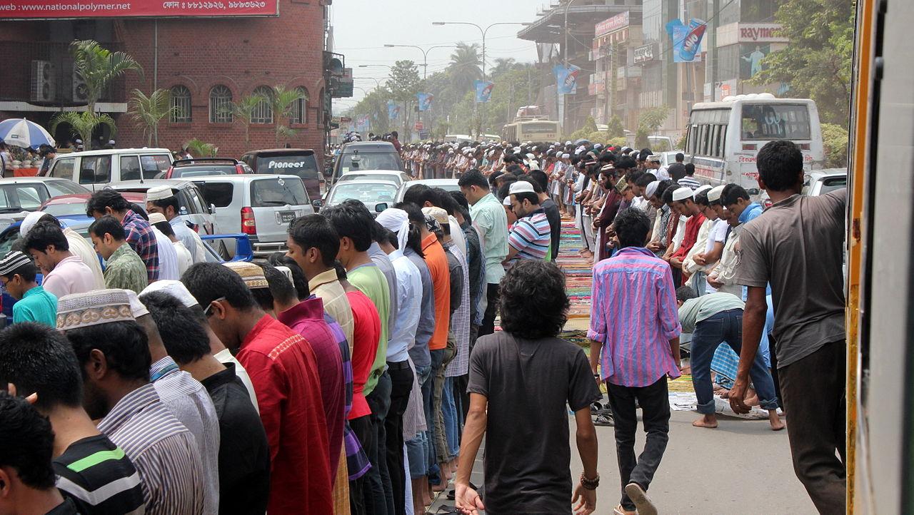 Bangladesh: prayer in the street