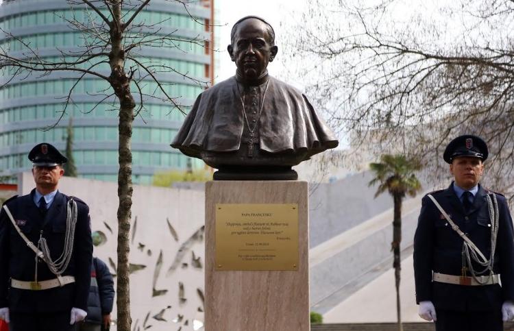 Busto Papa Albania