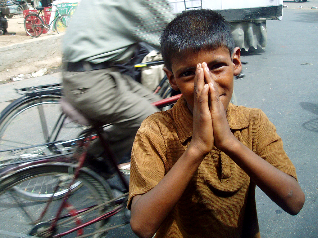 Indian child asks for alms - Wikipedia Commons