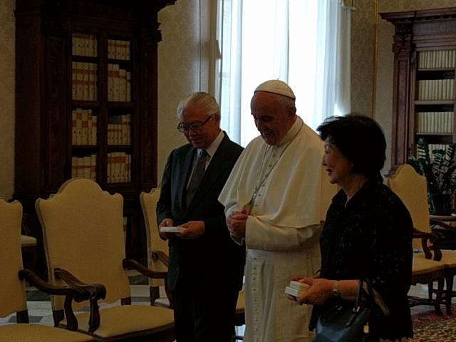 Papa e presidente Singapore (foto Junno Arocho Facebook)